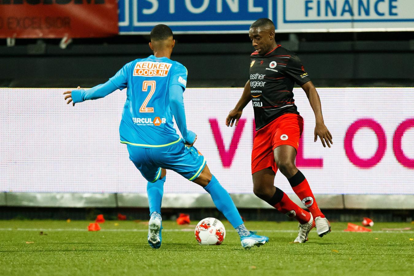 De eerder racistisch bejegende Ahmad Mendes Moreira (rechts) in duel met Noah Fadiga van FC Volendam.