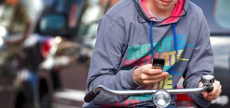 Appende fietser ziet tegemoetkomende politieauto niet: 109 euro boete