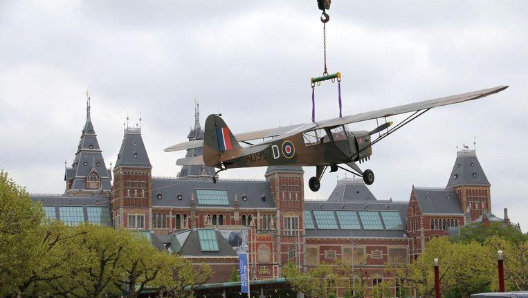 Het vliegtuig wordt is gratis te bekijken op het Museumplein. Beeld Het Parool