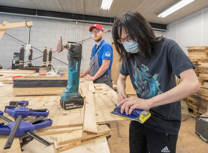 Warut Kouwer werkt aan zijn 3D-olifant van hout, op de achtergrond verft Florian Blankestijn de damstenen voor zijn damtafel.