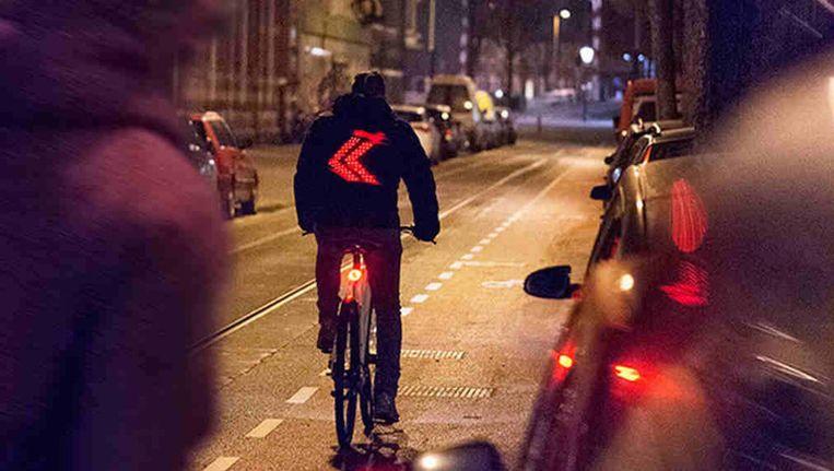 Een andere vinding van Vodafone voor de fietser: een smart jacket die achteropkomend verkeer laat zien welke kant je opgaat. Ook 'dank u'-tekst en smileys kunnen worden geprojecteerd. Beeld Vodafone