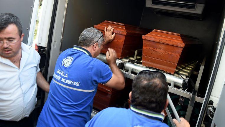 De kisten met de lichamen van Aylan en andere verdronken vluchtelingen worden weggevoerd in Zuid-Turkije Beeld afp
