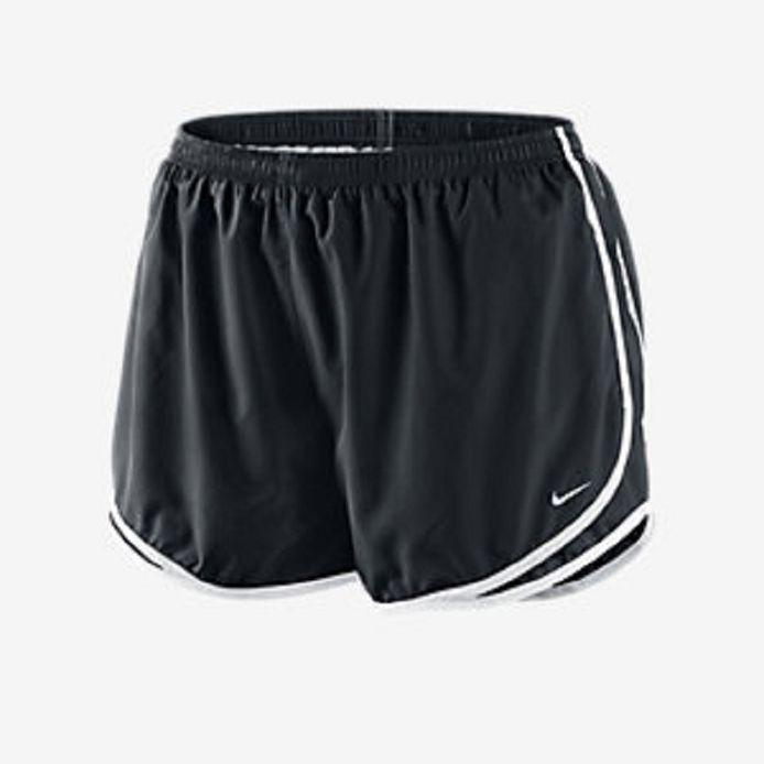 De zestiger droeg in de winkel een te korte loopshort zonder onderbroek.