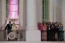 President Joe Biden kijkt met zijn vrouw en familie vanaf het balkon van het Witte Huis naar het vuurwerk ter ere van zijn inauguratie.