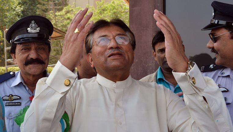 Musharraf bidt als hij weer voet op Pakistaanse bodem zet. Beeld afp