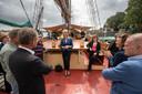 Staatssecreatris Mona Keijzer (Economische Zaken en Klimaat) op werkbezoek bij de 'Bruine Vloot' in Kampen, vorig jaar juni. Op de 'Hendrika Bartelds' praat ze met schippersechtpaar Mirjam en Robert Postuma.