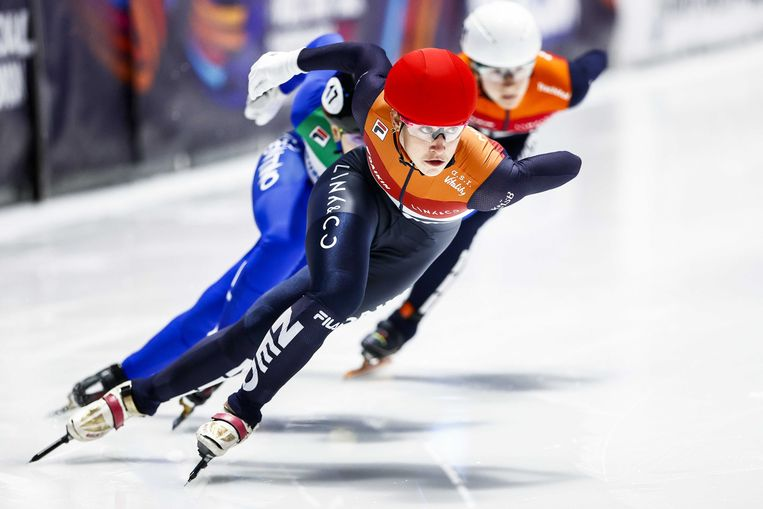 Van links naar rechts Arianna Fontana (ITA), Suzanne Schulting (NED) en Selma Poutsma (NED)  in actie op de finale 500 meter tijdens de wereldkampioenschappen shorttrack in de ijshal van Sportboulevard Dordrecht.  Beeld ANP