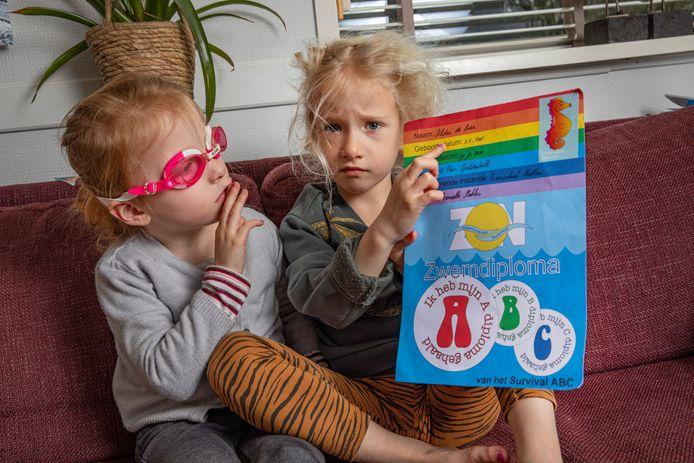 Isolde de Boer kijkt aandachtig naar het A-diploma dat haar tweelingzus Jildau al heeft weten te bemachtigen.