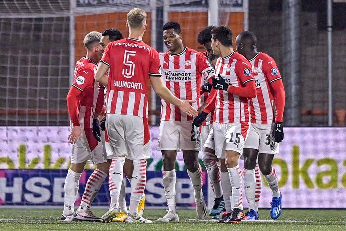 Denzel Dumfries benutte een penalty in Volendam en vierde dat met de groep.