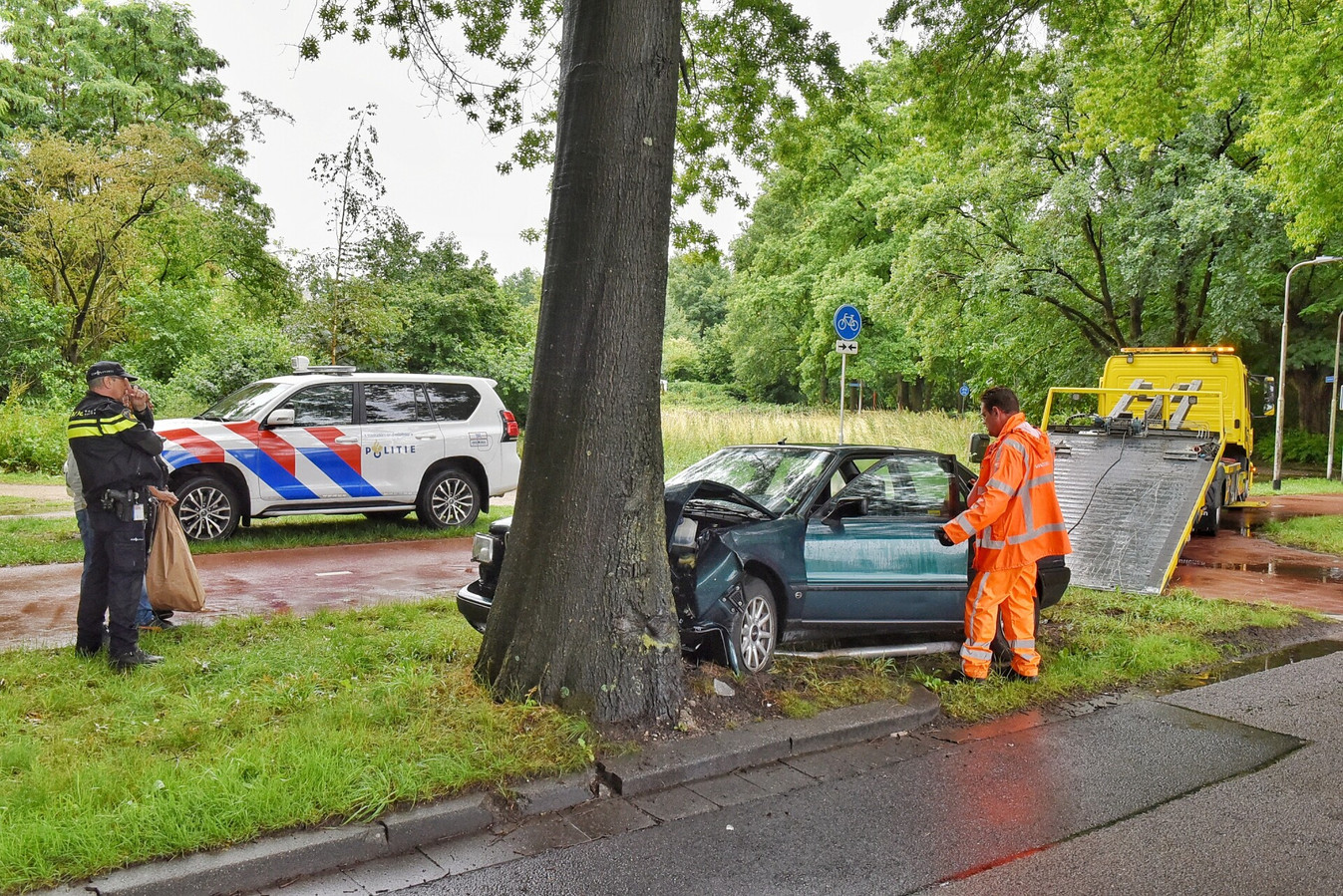 Bestuurster rijdt tegen boom in Tilburg.
