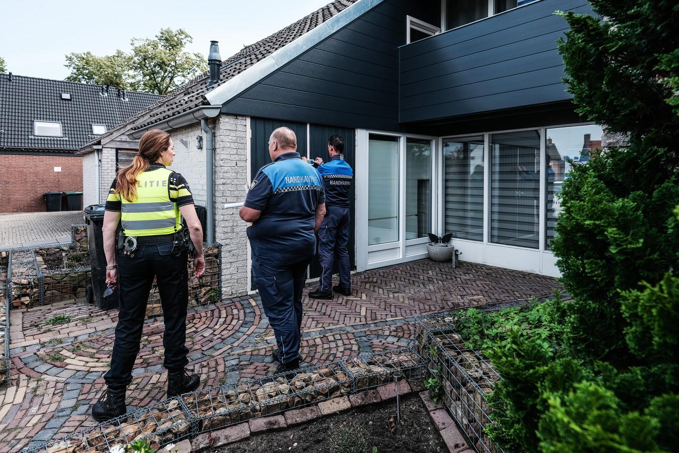 Dit drugspand aan de St. Jorisstraat in Braamt wordt gesloten en verzegeld. Foto : Jan Ruland van den Brink