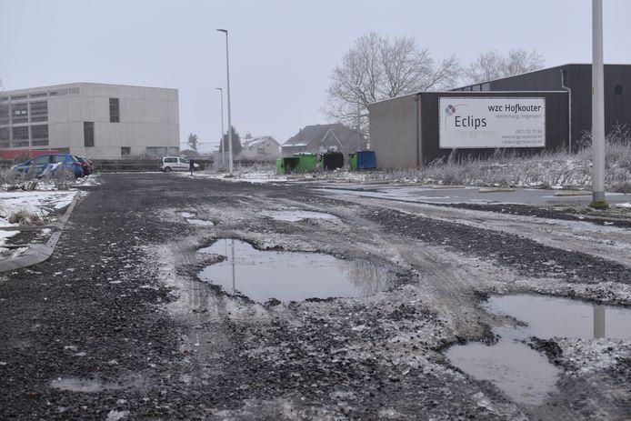 De parking lijkt eerder een parcours voor rallywagens.