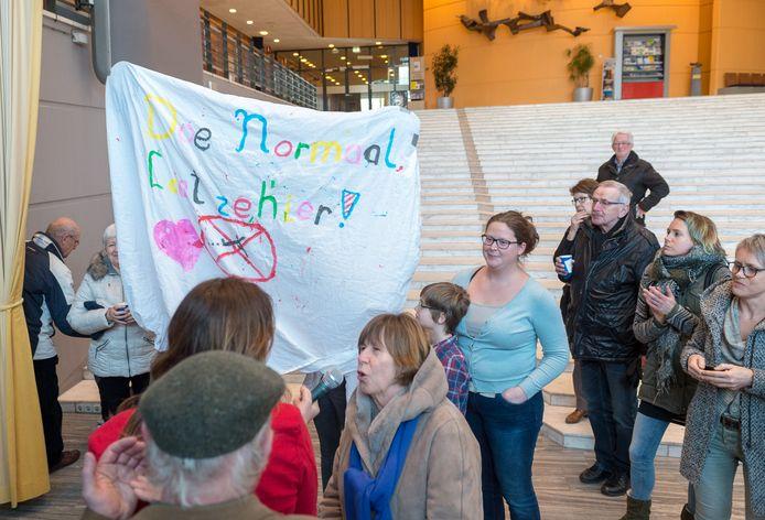 Epenaren verzetten zich op het gemeentehuis tegen de uitzetting.