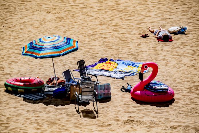 De Nederlandse stranden zijn dit jaar net zo populair onder landgenoten als bijvoorbeeld de playa's in Spanje.