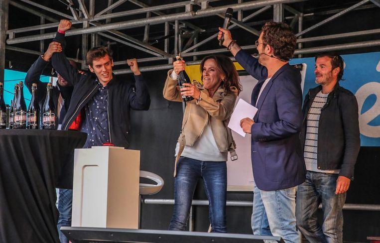 Fan Thomas Deraedt (l.) mocht na een wedstrijd op Facebook mee op het podium tussen de acteurs van Thuis.