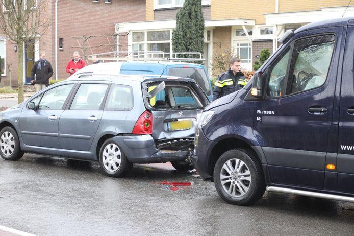 Een bestelbus botste op de Welleweg achterop een personenauto.