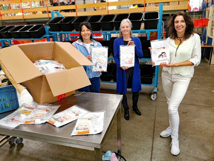 Miriam Hemelsoet (l)  van de Voedselbank Zeeuws-Vlaanderen met mondhygiënisten Rianne Verhoeven (midden) en Dorota  Visser-Bereszka (r) die ruim vijfhonderd poetspakketten gaven voor kinderen van gebruikers van de Voedselbank.