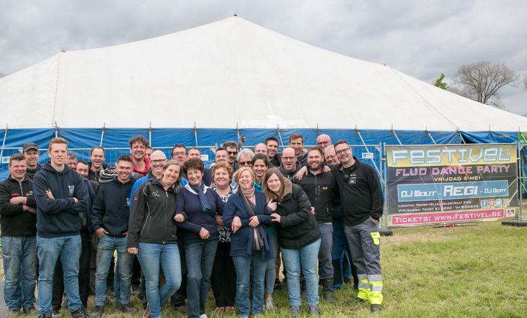 Het team vrijwilligers dat deze week de megatent opzette voor het groots feestweekend in het gehucht Velle.