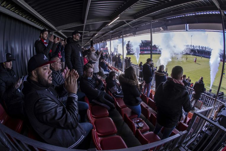 Supporters op de tribune tijdens Almere City FC-Cambuur, 28 februari. Beeld ANP
