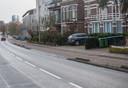 Onderlangs, ruim 75 jaar na de Slag om Arnhem. Op de plek waar het Duitse Sturmgeschutz passeerde zijn de huizen weinig veranderd. Alleen het Rijnpaviljoen - nu Rijnhotel - verderop heeft aan de weg een totaal ander aanzien.