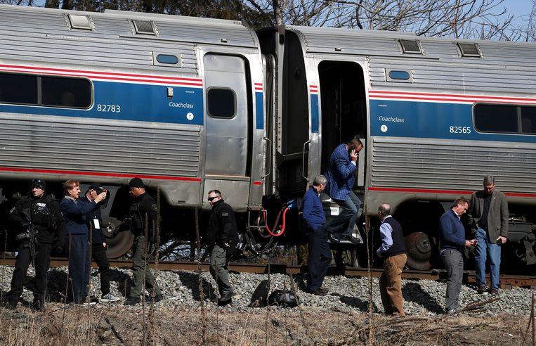 Veiligheidsmensen controleerden de trein na het ongeval. Beeld AP