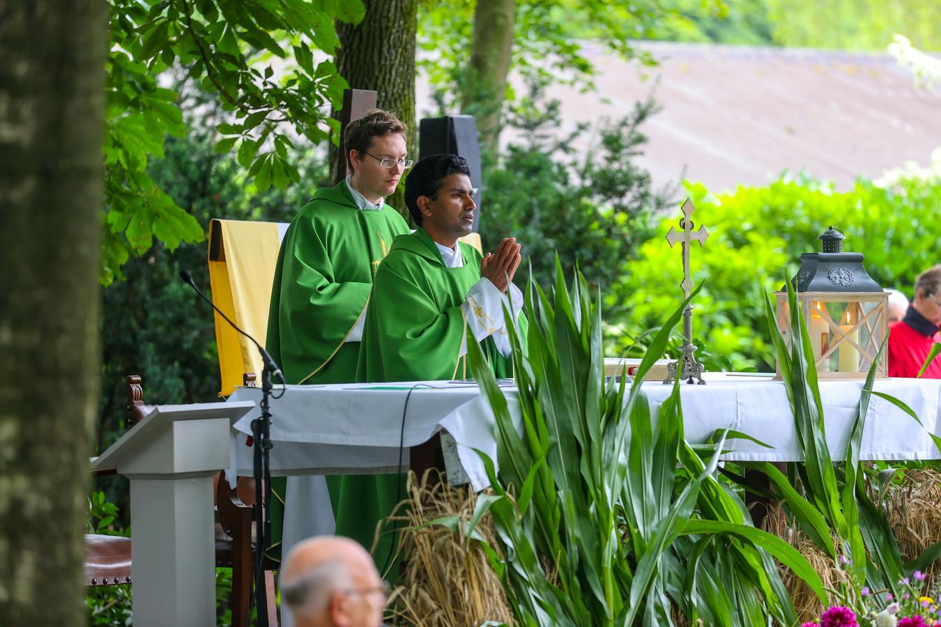 Pater Pushpa* vertrekt naar zijn geboorteland India en neemt afscheid van de Odaparochie tijdens de oogstdankviering op Hoeve Strobo