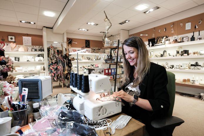 Susan van winkel Voila maakt mondkapjes tijgerprint / Foto : Jan Ruland van den Brink