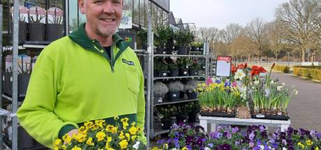 Eerste mooie lentedag brengt weinig klanten maar Raalter tuincentrum zet tóch de bloemetjes buiten
