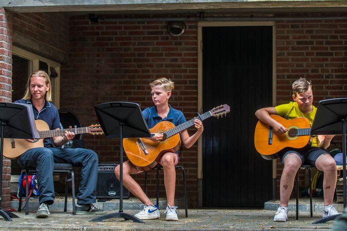 Buiten en binnen de Muziekschool Rijssen lieten leerlingen horen hoe goed ze hun instrument kunnen bespelen