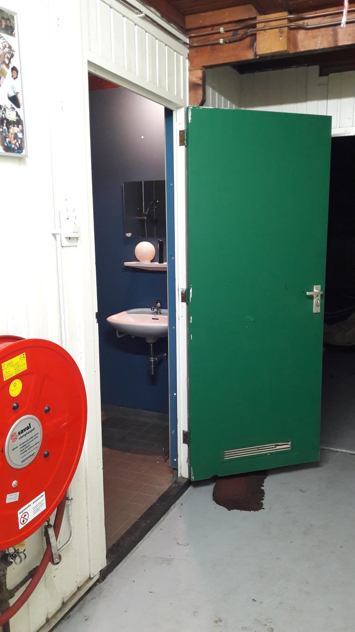 De toegang tot de enige douche in de blokhut van Scouting Jan Baloys ligt aan een gang.