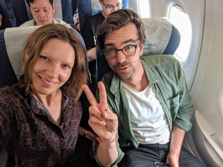 Wiesje Kuijpers en Ruben Terlou in vliegtuig terug van Cambodja. Beeld