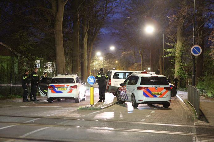 Politie is met veel wagens aanwezig in de Vughtse wijk.