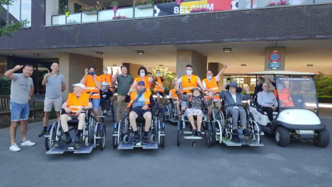 IN BEELD. Bewoners woonzorgcentrum Demerhof trekken erop uit met rolstoelfietsen