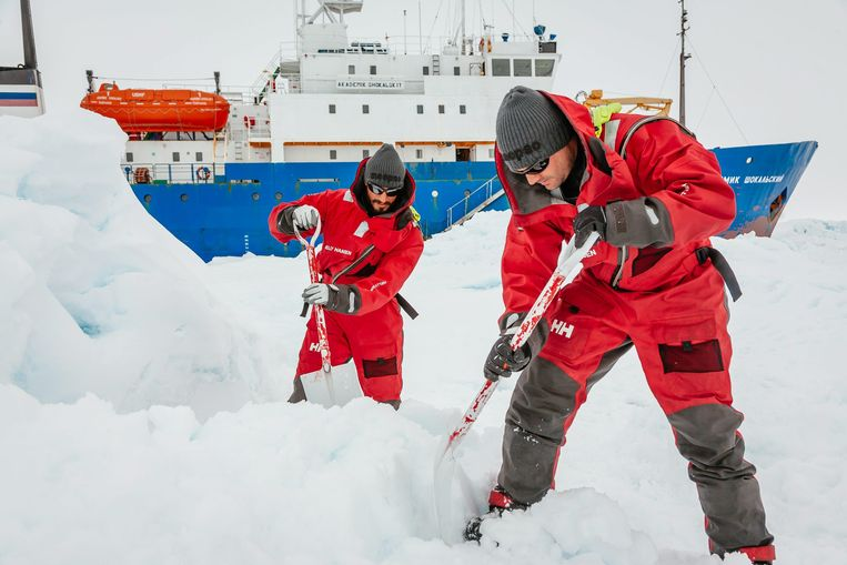 epa04004392 Scientists from the University of NSW, Australia, Ziggy Marzinellia and Graeme Clark prepare a suitable surface for a helicopter landing next to the Akademik Shokalskiy ship, which got stuck in ice in Antarctica, 31 December 2013. Passengers aboard the polar research vessel trapped in Antarctic ice for a week learned they would be taken off in batches when the weather improves enough to allow a helicopter rescue. The 74 people aboard the Russian-flagged MV Akademik Shokalskiy have been stranded since December 24, about 2,800 kilometres south of Hobart, Tasmania. French, Chinese and Australian icebreakers have tried and failed to smash through to them, leaving an air rescue as the last resort.  EPA/ANDREW PEACOCK / FOOTLOOSEFOTOGRAPHY.COM MANDATORY CREDIT: EPA / ANDREW PEACOCK / FOOTLOOSEFOTOGRAPHY / SPIRITOFMAWSON.COM Beeld null