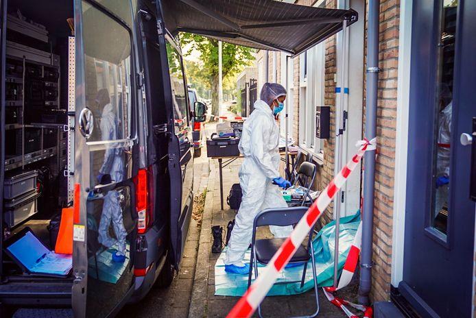 De politie doet de dag na een gewelddadige aanval op de Van Thienenlaan in Eindhoven onderzoek in de woning.