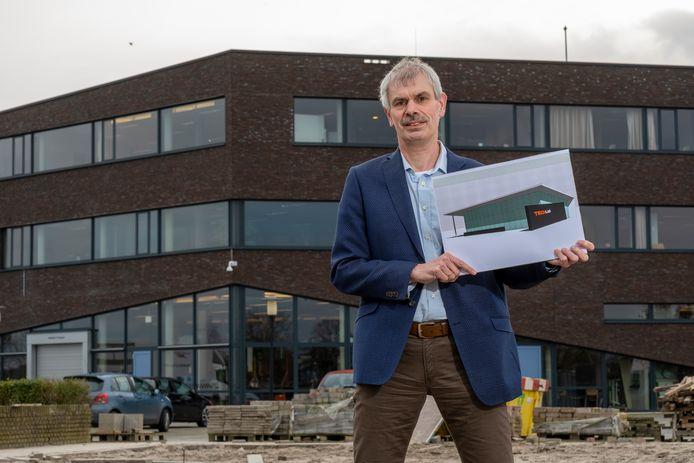 Wilco Leeflang van het Nuborgh College in Elburg toont op een braakliggend stuk achter de school waar het Techlab moet komen.