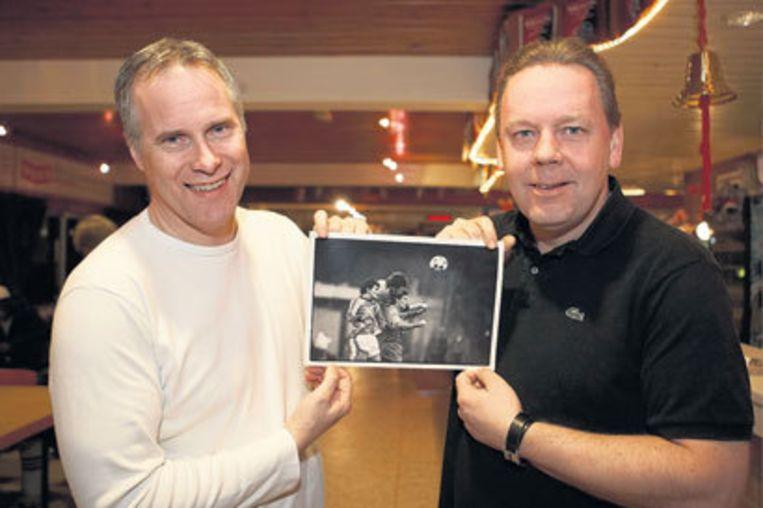 Een foto is één van de weinige tastbare herinneringen voor Erik Markus en Piet Gootjes (r) aan het duel met Oranje. Foto Marcel Israel Beeld