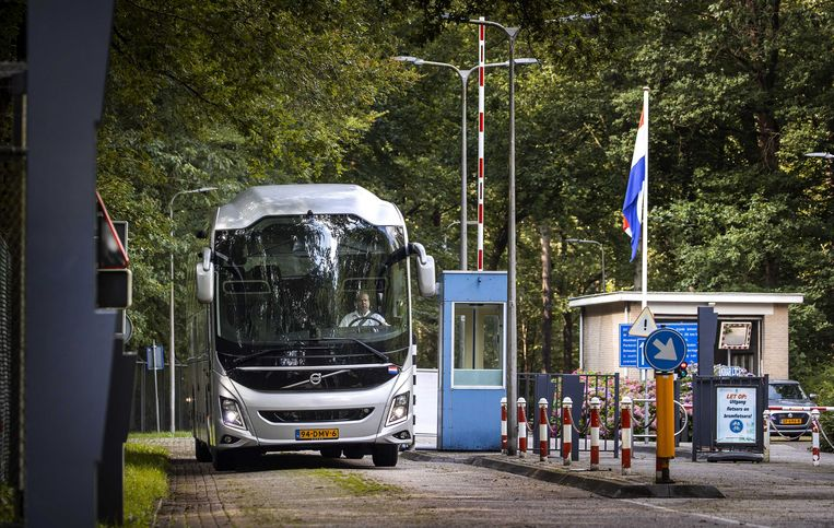 Een bus die vluchtelingen heeft gebracht verlaat het Walaardt Sacré Kamp in Zeist op de Utrechtse heuvelrug. Het is de tweede noodlocatie die Defensie beschikbaar heeft gesteld voor de noodopvang van geëvacueerde Afghanen.  Beeld ANP/Koen van Weel