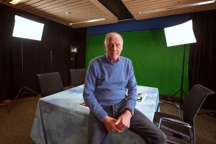 RTV Vechtdal bouwt een nieuwe studio in Ommen, voorzitter Gerrit Westerman in de studio.