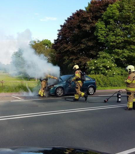 Auto vliegt onder het rijden spontaan in brand in Wageningen