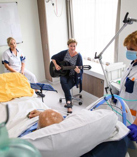 Muziek als medicijn op de intensive care in Almelo; Rob vrolijkte op van U2 en Danny Vera