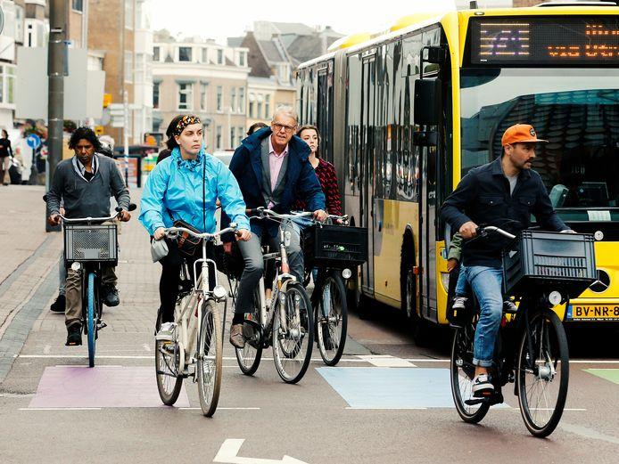 Fietsers  op de drukke fietsroute op Lange Viestraat  ter hoogte van De Bijenkorf in de Utrechtse binnenstad.