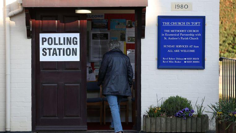Een vrouw gaat stemmen in Dymchurch Beeld AP