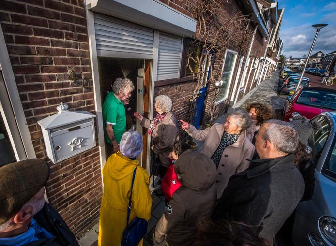 De familie Odink in Nederland en de familie Soesman uit Israël bekijken een soortgelijk huis als dat van de familie Odink aan de Populierstraat.
