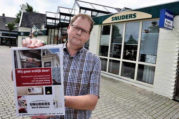 Frank Snijders met een actieposter voor zijn winkel in Sprundel. Hij vindt het enorm pijnlijk dat verhalen de ronde doen dat hij het familiebedrijf zou opdoeken. foto peter van Trijen/Pix4Profs