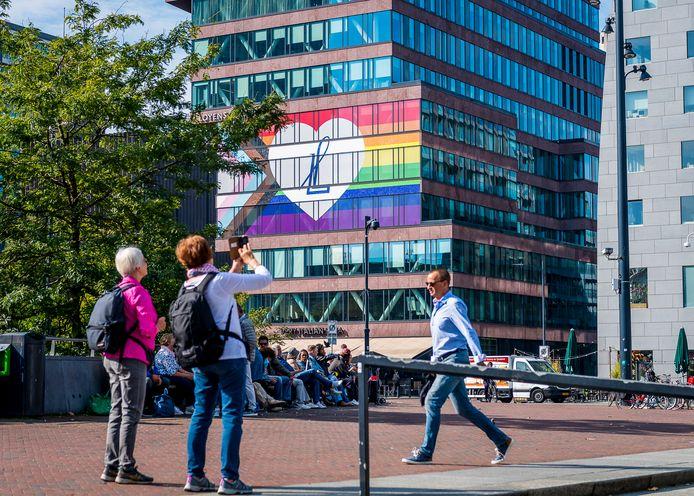 Regenboogvlag op gebouw van Loyens & Loeff N.V. advocatenkantoor het hoofdkantoor Rotterdam.