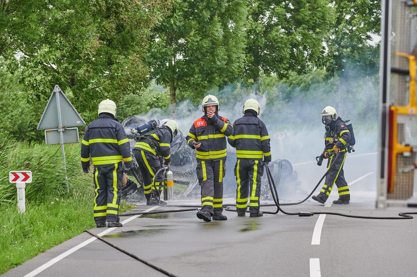 Auto maakt een koprol en vliegt in brand.