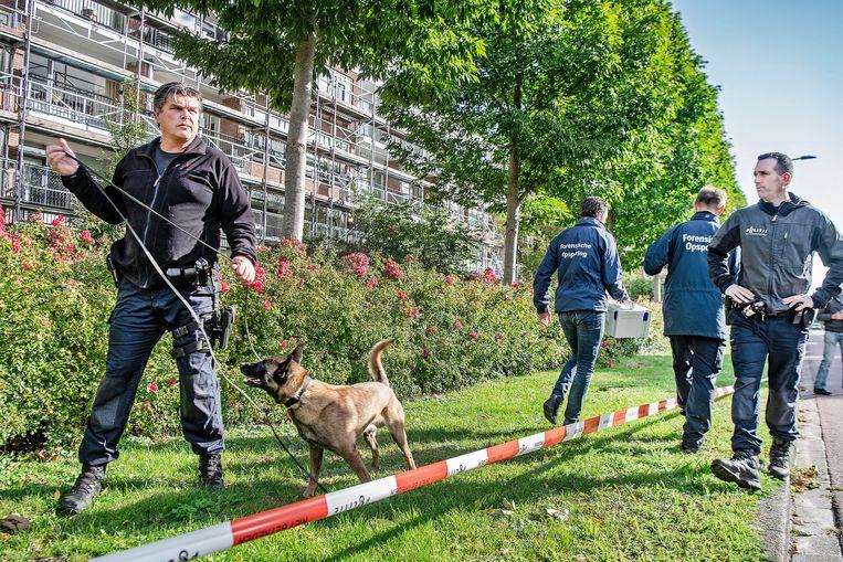 Rechercheurs doen sporenonderzoek in de buurt van de plek waar strafrechtadvocaat Derk Wiersum is doodgeschoten.  Betrokkenen bij die moord zouden ook Sky-toestellen hebben gebruikt. Beeld Guus Dubbelman / de Volkskrant
