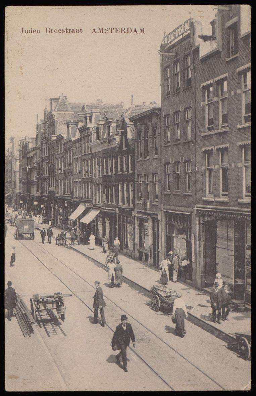 De Jodenbreestraat rond 1915, gezien in de richting van de Zwanenburgwal. Beeld Collectie Stadsarchief Amsterdam
