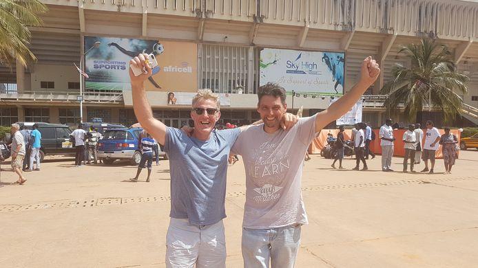 Bart Vermeulen (met zonnebril) en Toon Sandkuyl na aankomst in Banjul (Gambia): missie volbracht.